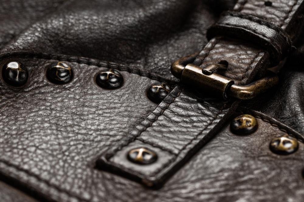 borsa in pelle nera trattata con prodotti chimici Makem