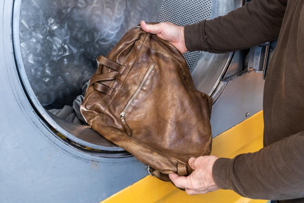 lavaggio borsa in pelle con prodotti chimici